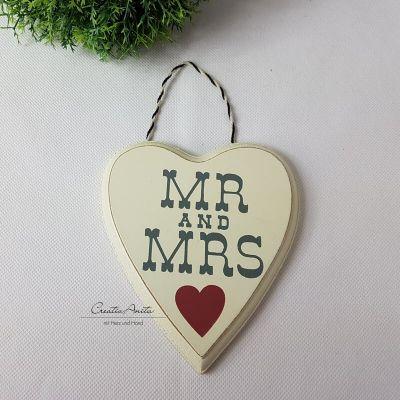 Holzschild MR & MRS in Herzform