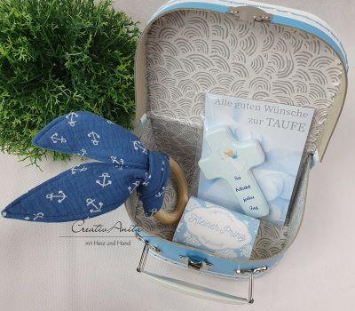 Taufgeschenk - Kinderkoffer befüllt mit Greifling, Holzkreuz und Babyseife - HELLBLAU